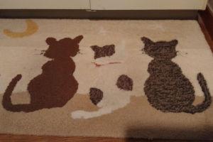 洗面台敷きマットの3匹の猫