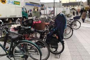 路上には自転車が何台も置かれて