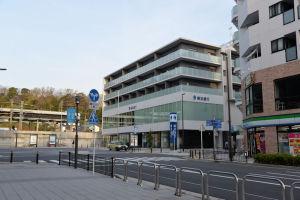 駅前広場からの横浜銀行金沢支店