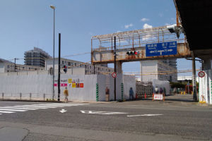 歩道橋を渡ると京急サニーマートがありました