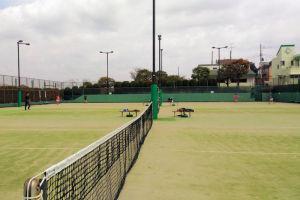 金沢区富岡の富岡西公園でテニス