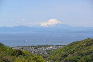 雪の富士山を望むことができます