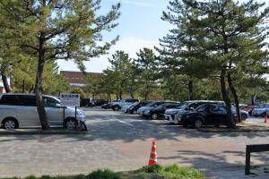 公園南側の駐車場は