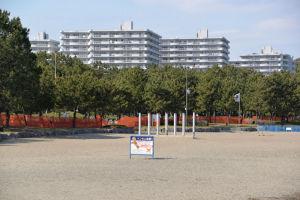 約1㎞にわたる砂浜にフェンス