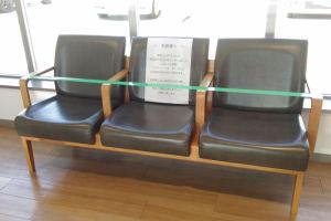 エスカレーター横の椅子は