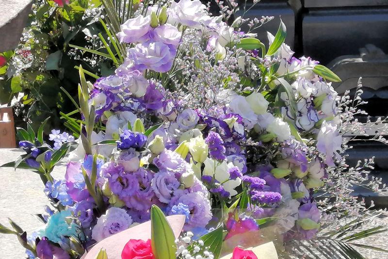たくさんの花が 手向けられて