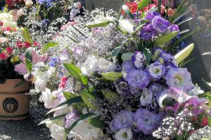 たくさんの花が手向けられて
