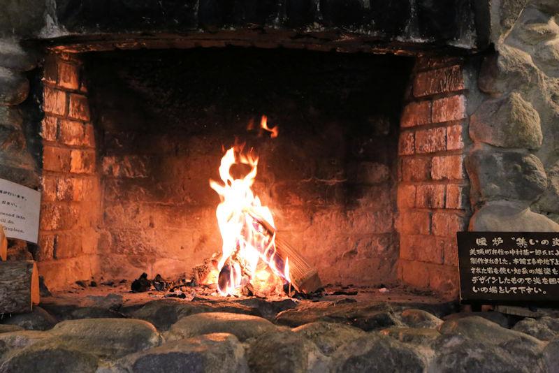 ラウンジの暖炉が 赤々と