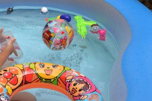 プールにはアンパンマンの仲間や浮き輪