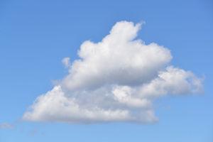 青空に浮かんでいる夏雲