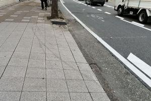 歩道に残るタイヤ痕