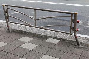 バス停前のガードパイプ
