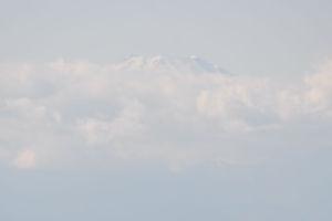 冠雪の富士山は山頂が少し
