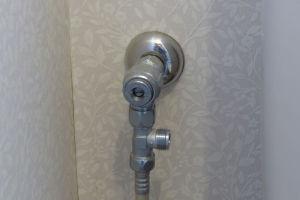 止水栓を閉めて配管を外し