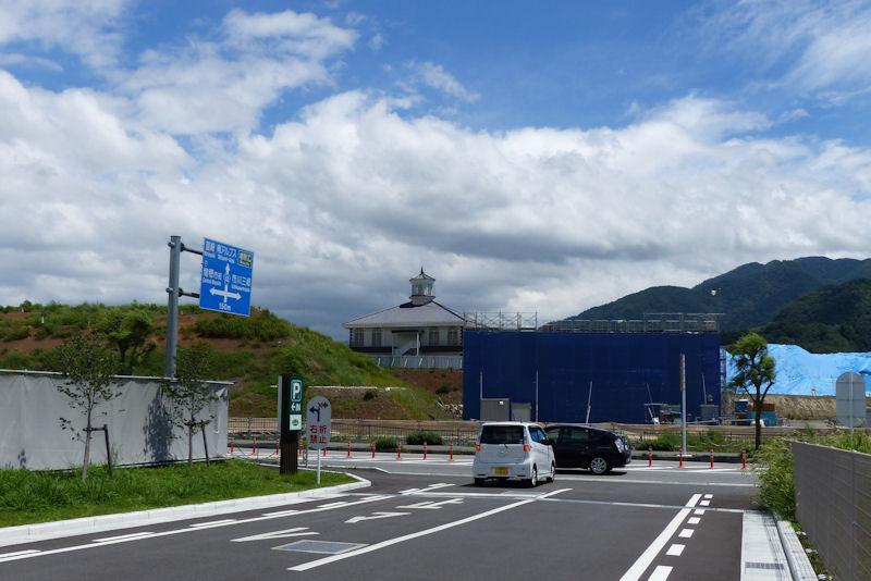 三角屋根の建物が道の駅「富士川」