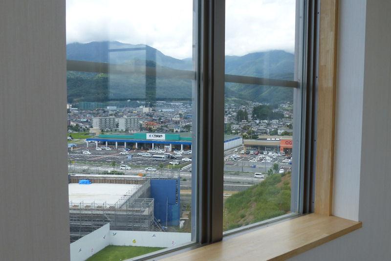 窓越しに遠くの風景