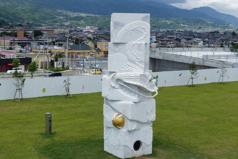 西側の芝生広場には「富士川龍門」