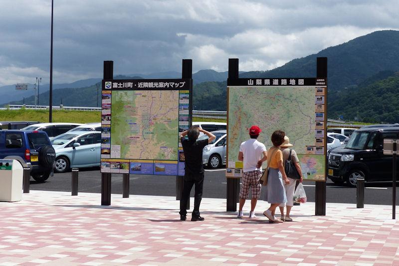 観光マップを見入る人