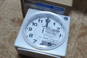 コンパクトなアナログ電波時計