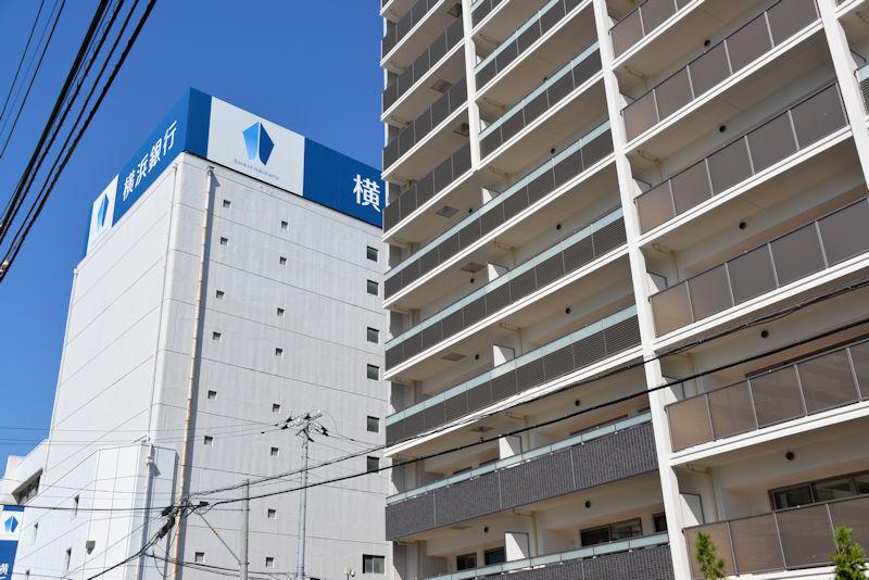 横浜銀行金沢支店の東側に立地