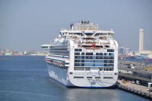 横浜港沖に停泊中のクルーズ船