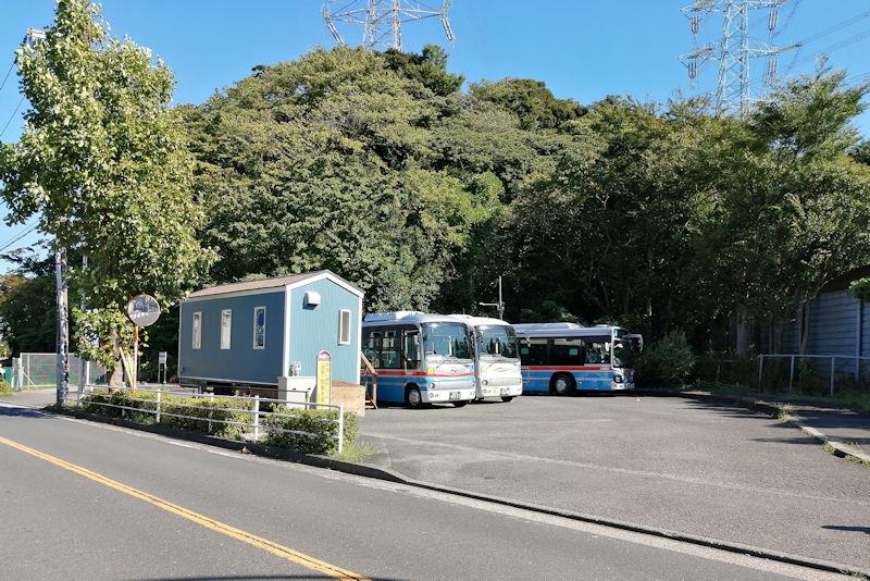 三信住宅前バス停の京急バス待機所