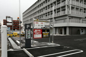 国道16号線側の駐車場出入口
