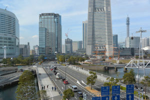 大きなビルと広い道路
