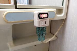 コンセントを電源に差し照明プラグを接続