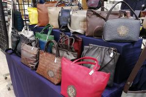 大小さまざまなバッグが展示
