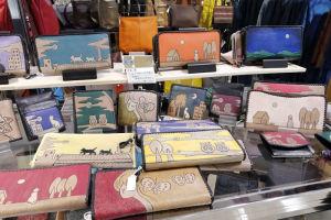 色々なデザイン、サイズの財布が