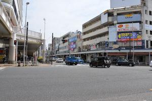 車の通行、人の流れも多い追浜駅前