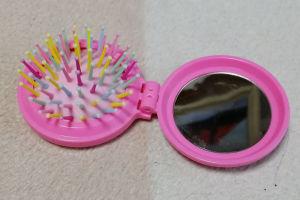 鏡とブラシ