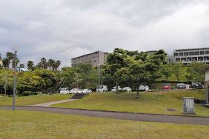 西公園の駐車場と広場