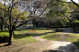 鳥見塚信号から230mほどにある「ケヤキ広場」